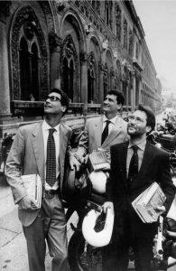 Renato Sironi, Alberto Sironi e Massimiliano Bianchini, soci fondatori di Alpha Test, davanti all'Università di Milano (photo credit: Carlo Orsi, 1997)