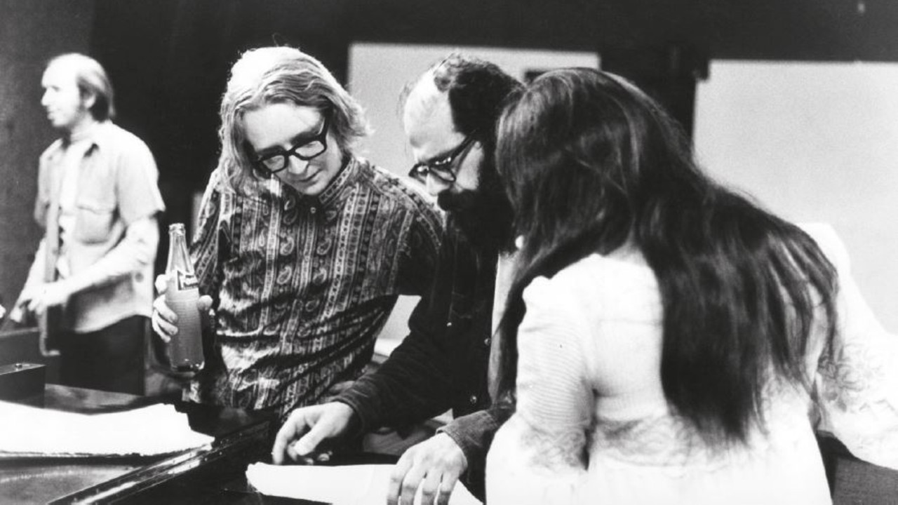 Barry Mles, Allen Ginsberg e il team durante la registrazione dei Canti dell'innocenza e dell'esperienza di William Blake (Barry Miles Collection)