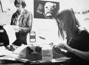 "1968: al lavoro su ""Black Dwarf"". Sheila Rowbotham e John Hoyland"